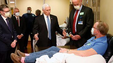 Wiceprezydent Stanów Zjednoczonych Mike Pence w Mayo Clinic bez maski ochronnej