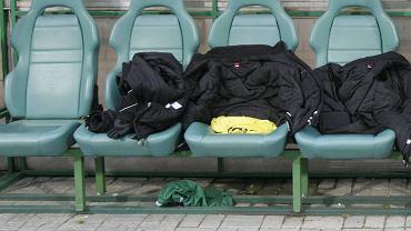 Fotele Groclinu na ławce rezerwowych na stadionie w Grodzisku Wielkopolskim