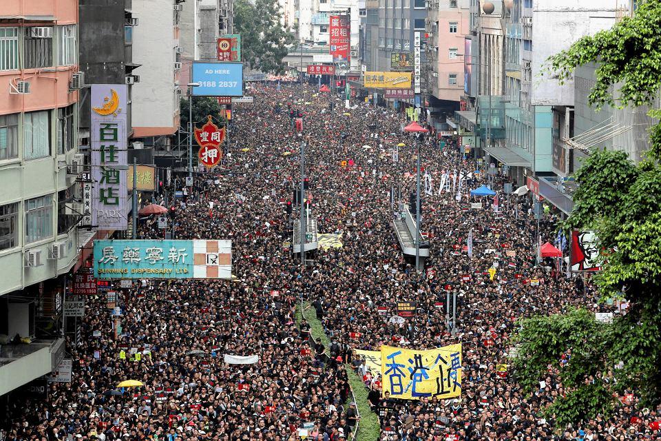 W niedzielę na ulice Hongkongu wyszło 2 mln ludzi. Demonstrujący sprzeciwiają się ustawie o ekstradycji, która pozwoliłaby wydawać mieszkańców autonomii - a także cudzoziemców - Chinom.