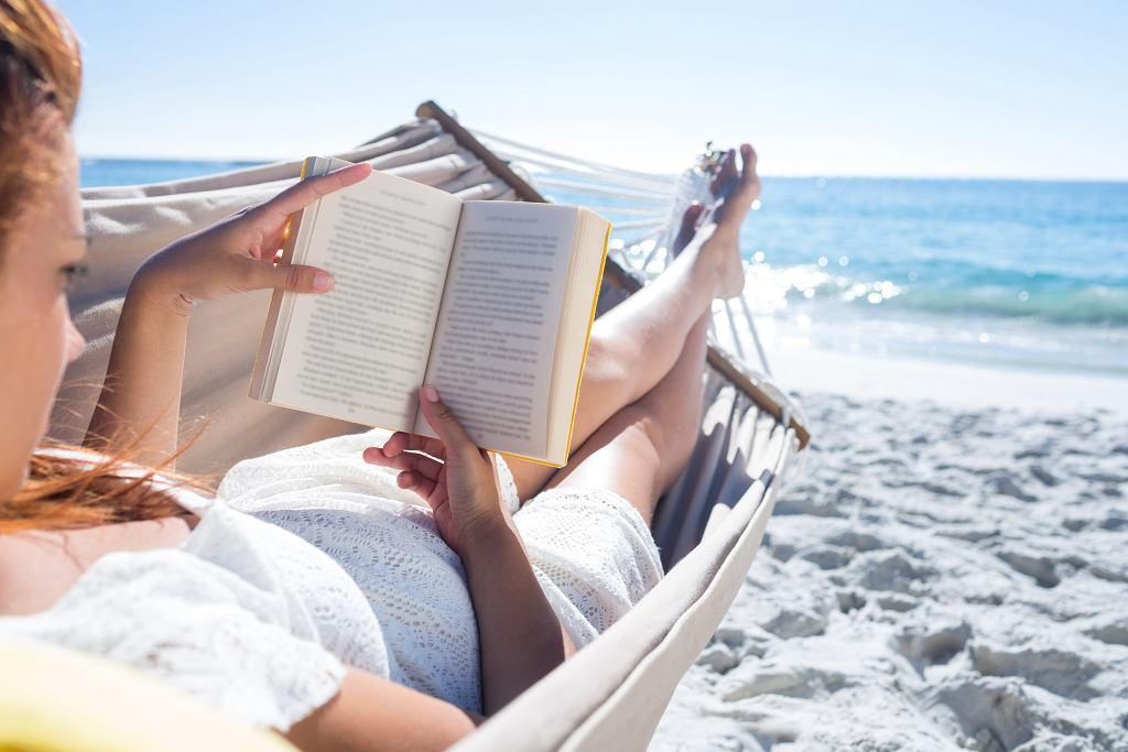 Najlepsza książka na wakacje powinna być lekka i przyjemna. Zdjęcie ilustracyjne, wavebreakmedia/shutterstock.com
