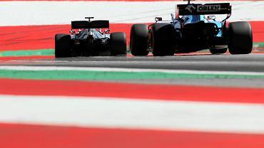 Lewis Hamilton (Mercedes) tuż przed Robertem Kubicą (Williams) w czasie treningu przed GP Austrii. W czasie wyścigów Brytyjczyk zwykle jechał z przodu, a Polak na szarym końcu