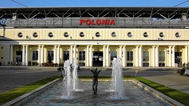 Fasada stadionu Polonii Warszawa objęta ochroną konserwatora zabytków. Po obu stronach fontanny mają powstać nowe budynki mieszczące halę do koszykówki i siatkówki oraz sale do fitness.