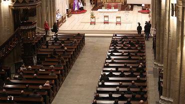Dla Polaków problemem nie są zasady obowiązujące w świątyniach katolickich - generalnie pamiętamy, że ubiór nie powinien być krzykliwy (fot. Marcin Wojciechowski / AG)