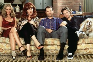 11 sezonów, 10 lat emisji i miliony widzów na całym świecie. Świat według Bundych, jeden z najbardziej kultowych seriali w historii telewizji, zszedł z ekranów w 1997 roku. Po 17 latach od zakończenia produkcji, główni bohaterowie pojawili się w komplecie na uroczystości poświęconej Katey Sagal, czyli serialowej Peggy Bundy. Zobaczcie, jak dziś wygląda najsłynniejsza rodzina telewizji!