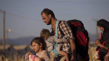 Migranci szukający drogi po przekroczeniu granicy macedońsko greckiej