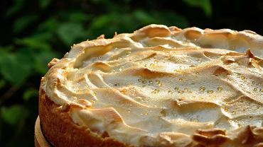 Sernik z rosą to jedno z tych ciast, które nie tylko wybornie smakują, ale także doskonale wyglądają.
