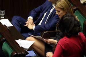 Sensacja na posiedzeniu Sejmu! Joanna Schmidt, piękna posłanka  .Nowoczesnej pojawiła się na wtorkowych obradach w króciutkiej spódniczce odsłaniającej jej zgrabne nogi. A teraz popatrzcie na miny siedzącego tuż obok niej Ryszarda Petru.