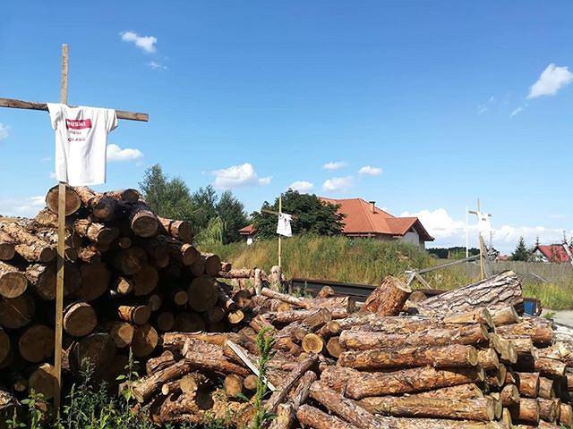Krzyże z rozpiętymi na nich koszulkami 'Bruski musi odejść' stoją niedaleko drogi w Otorowie