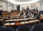 """Senat przyjął ustawę o nadzorze. Kontrowersyjna poprawka o przejęciu banku """"za złotówkę"""" zostaje"""
