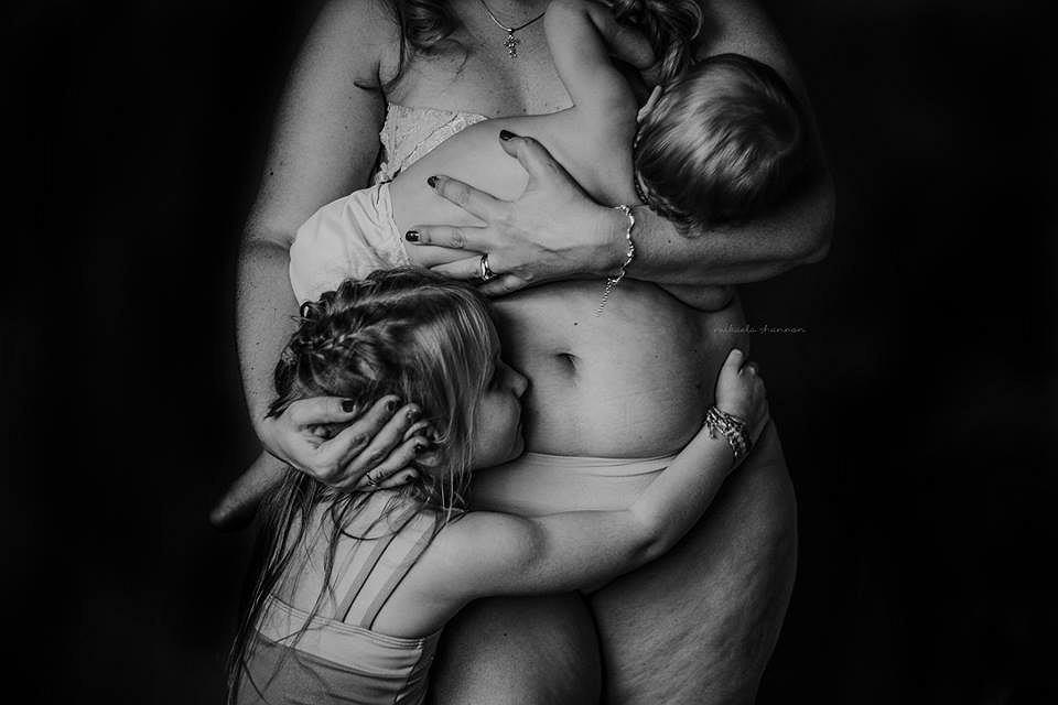 'Love your postpartum body' to seria zdjęć, która ma pomóc kobietom w akceptacji swojego ciała.