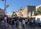 """Narodowcy protestowali przeciwko """"agresji LGBT"""". Ukradli kontrmanifestantom tęczową flagę, drugą spalili"""