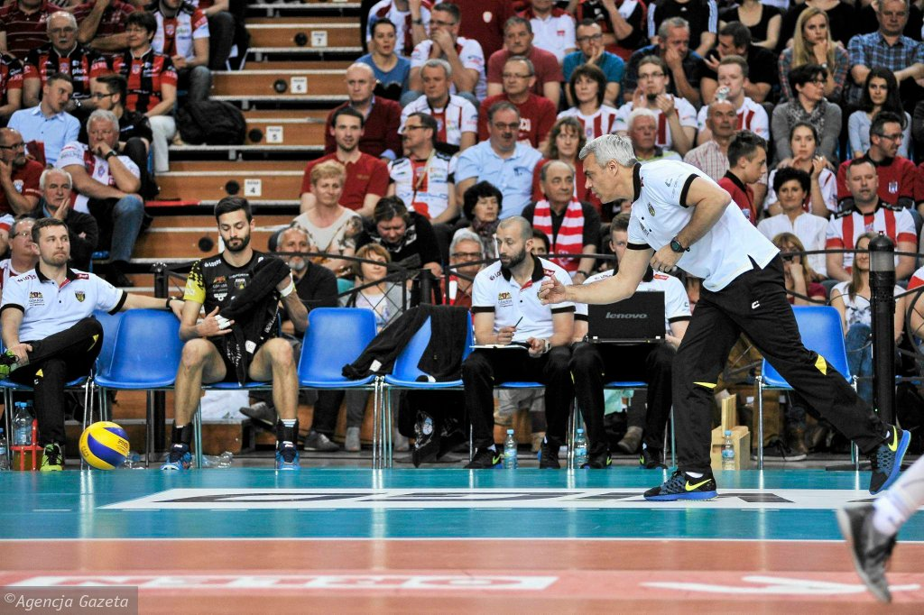 Asseco Resovia Rzeszów - Lotos Trefl Gdańsk 3:1. Trener Andrea Anastasi instruuje swojego zawodnika