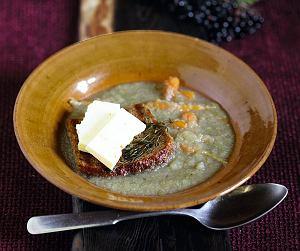 Zupa jabłkowa na kaczym rosole z serem praslickim