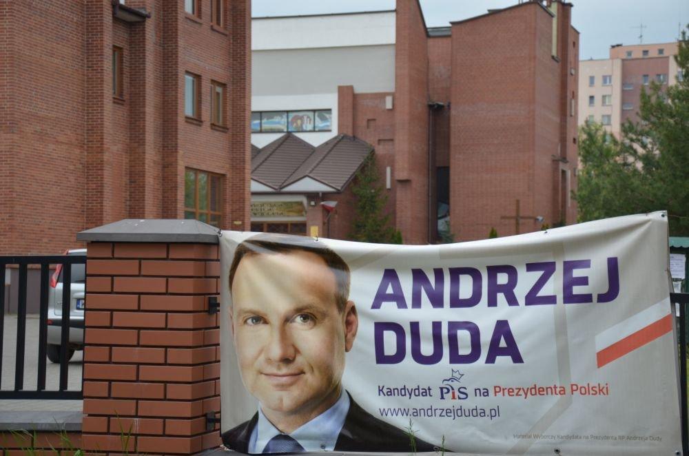 Plakat wyborczy na kościele parafialnym p.w. bł. Annuarity w Radomiu