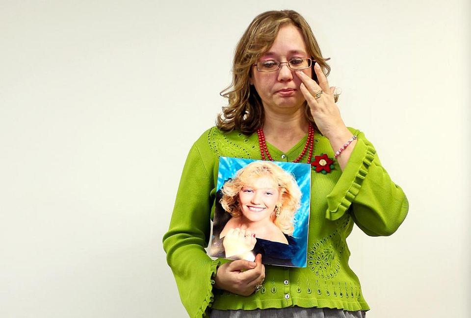 W procesie zeznawali rodzice, których dzieci przedawkowały OxyContin. Jedna z matek stanęła przed oskarżonymi dyrektorami koncernu Purdue Pharma z urną i powiedziała: 'Przez was tyle zostało z mojego syna'