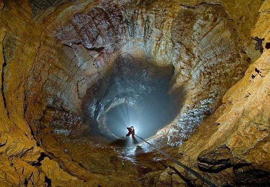 Wielka Studnia w Jaskini Wielkiej Śnieżnej (fot. Jan Kućmierz / speleofoto.pl)