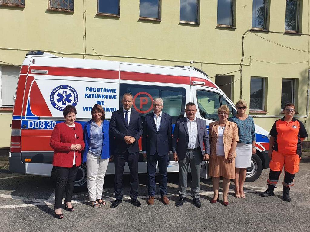https://bi.im-g.pl/im/93/13/18/z25244563IH,Wojewoda-dolnoslaski-i-wiceminister-zdrowia-podcza.jpg