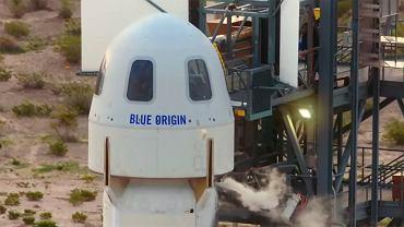 Pasażerowie Blue Origin wchodzą do kapsuły w pobliżu Van Horn w Teksasie, 20 lipca 2021