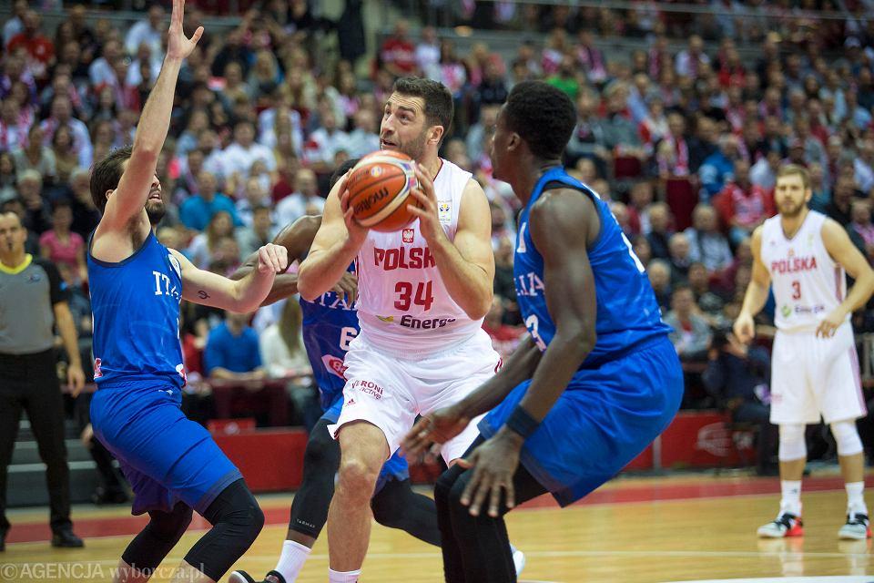 Ergo Arena. Polska - Włochy 94:78 w meczu eliminacji do mistrzostw świata. Z piłką Adam Hrycaniuk