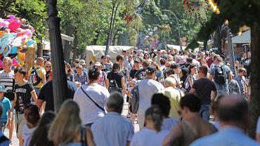 Tłumy turystów spędzają wakacje na Krupówkach