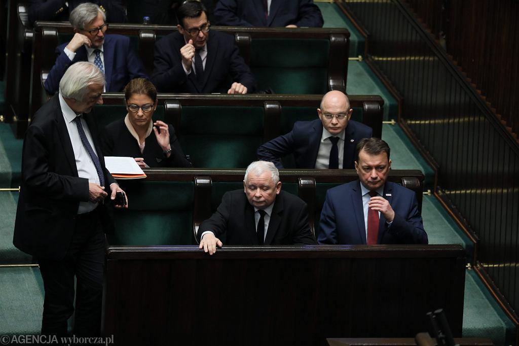 Prezes Jarosław Kaczyński w otoczeniu partyjnych oficjeli. Premier rządu PiS Mateusz Morawiecki poprosił o wotum zaufania. Warszaw, Sejm, 12 grudnia 2018