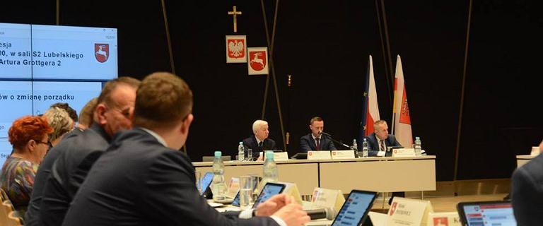 Na sali obrad lubelskiego sejmiku zawisł krzyż