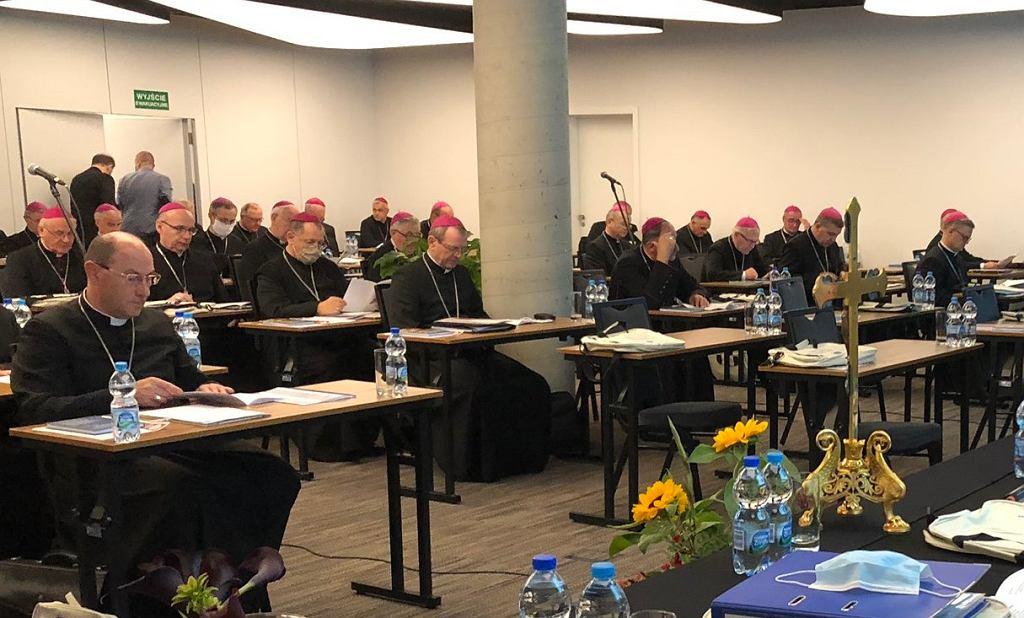 Biskupi bez maseczek w czasie zebrania Episkopatu