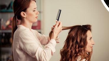 Jak zrobić fale na włosach? Istnieje kilka prostych sposobów na taką stylizację włosów. Zdjęcie ilustracyjne