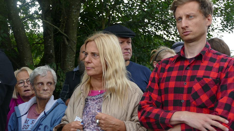 Posłanka Katarzyna Kretkowska (Lewica) i Franciszek Sterczewski (Koalicja Obywatelska) na granicy polsko-białoruskiej w Usnarzu Górnym próbują - w ramach kontroli poselskiej - dostać się do uchodźców