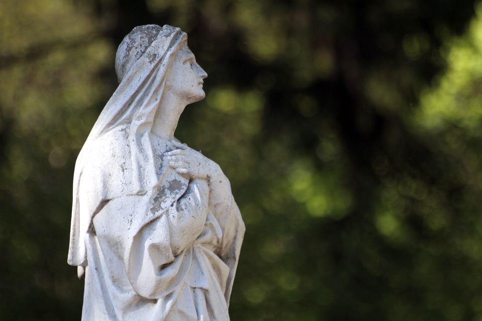 Dla katolików dzień Wszystkich Świętych oraz Dzień Zaduszny to jedne z ważniejszych świąt w roku.