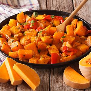 Dynia świetnie sprawdza się jako składnik zup, dań jednogarnkowych czy jako dodatek do makaronu czy ryżu.
