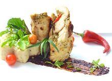 Pierś z kurczaka nadziewana pesto z bazylii podawana z puree selerowym z sosem czekoladowym - ugotuj