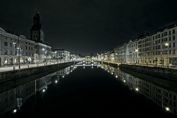 Kanał w Goteborgu nocą/ Fot. Shutterstock
