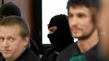 Kelner Łukasz N. (w kominiarce) podczas rozprawy w Sądzie Okręgowym w Warszawie