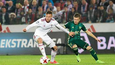 Szymon Żurkowski (lewej) w meczu ze Śląskiem Wrocław