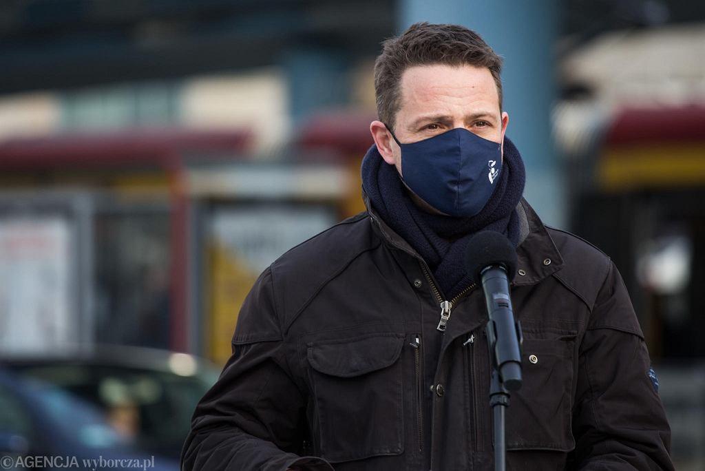 W czasie koronawirusa prezydent Warszawy Rafał Trzaskowski na konferencjach zawsze nosi maskę, często kończy spotkania z dziennikarzami słowami: 'Uważajcie państwo na siebie'.