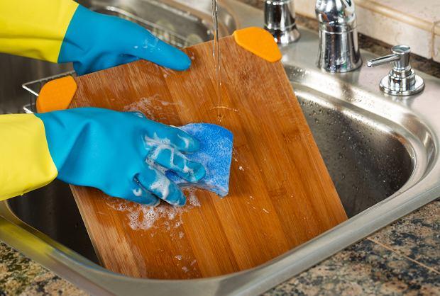 Drewnianą deskę myjesz tylko płynem? To jeden z sześciu powszechnych błędów podczas sprzątania