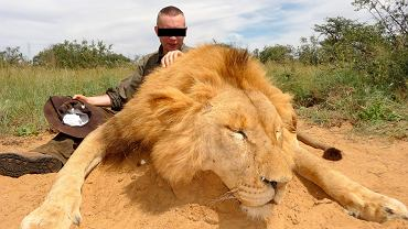 'Kobra' (na zdjęciu) dużo podróżował. Razem z ojcem, prokuratorem w stanie spoczynku, uczestniczył w polowaniach na dzikie zwierzęta w Afryce
