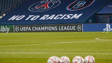 Nazajutrz po skandalu mecz PSG - Basaksehir kontynuowano. Stadion w Paryżu został wystrojony w antyrasistowskie transparenty