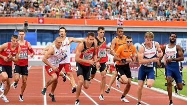 Finał 4 x 400 m w Amsterdamie, Kacper Kozłowski (w białej koszulce na drugim planie) przekazuje pałeczkę Jakubowi Krzewinie.