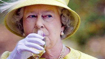 Królowa Elżbieta II z lampką białego wina.