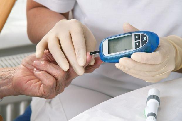 Poziom cukru we krwi powinny badać przede wszystkim osoby po 45. roku życia z podwyższonym cholesterolem