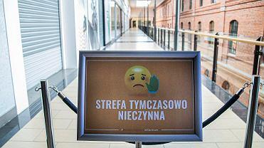 Od 4 maja takie tablice znikną z galerii handlowych. Galeria Alfa (na zdjęciu), tak jak i inne centra handlowe, a także muzea i galerie sztuki, otwierają się od wtorku (4 maja)