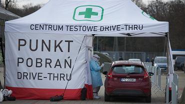 Testowanie nauczycieli na obecność SARS-CoV-2 w mobilnym punkcie pobrań wymazów przy Stadionie Miejskim. Poznań,11 stycznia 2021