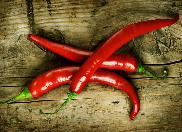 Za ostry smak papryczki chili odpowiada właśnie kapsaicyna, która nie rozpuszcza się w wodzie. Aby złagodzić pieczenie, które pojawia się po zjedzeniu papryczki należy wypić np. szklankę mleka