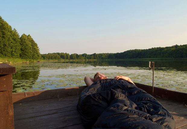 Nocleg na pomoście nad jeziorem, a rano prosto do pracy