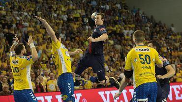 Sander Sagosen kontra Mariusz Jurkiewicz i Marko Mamić podczas meczu PGE Vive Kielce - PSG