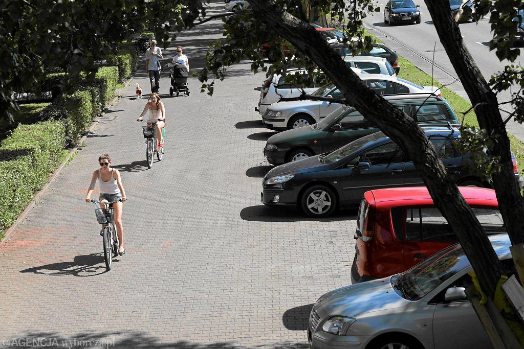 Parking wzdłuż chodnika. W tym miejscu ma powstać ścieżka rowerowa.