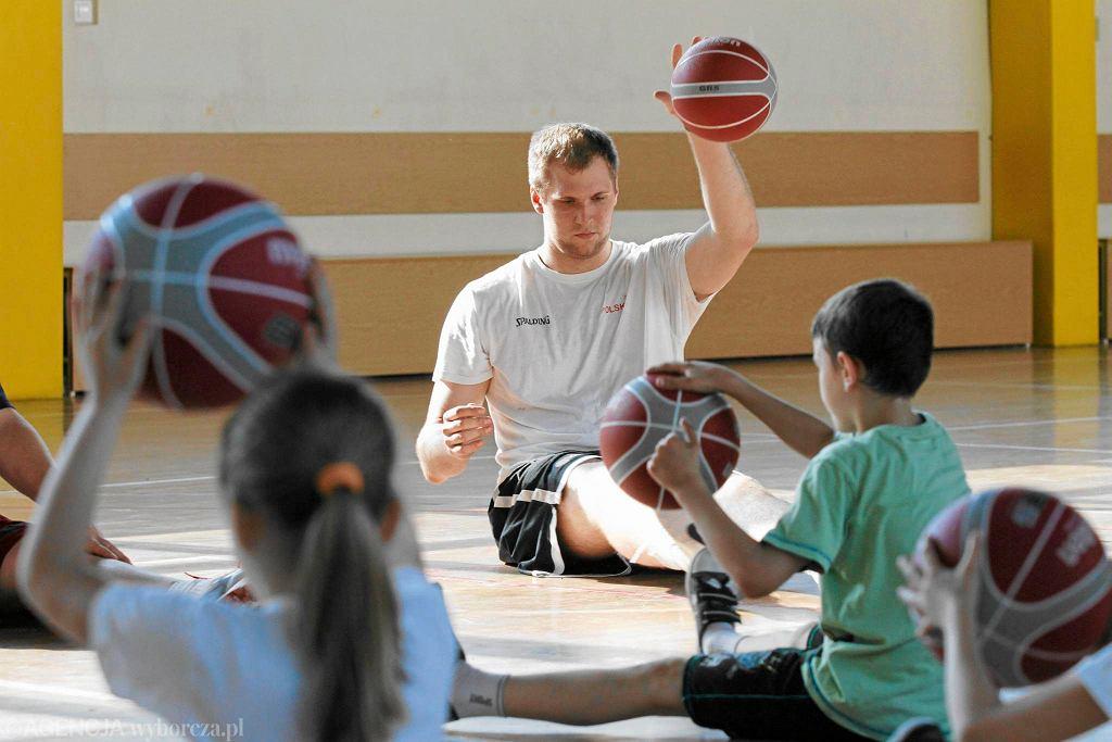 Przemysław Karnowski na zajęciach w toruńskiej szkole