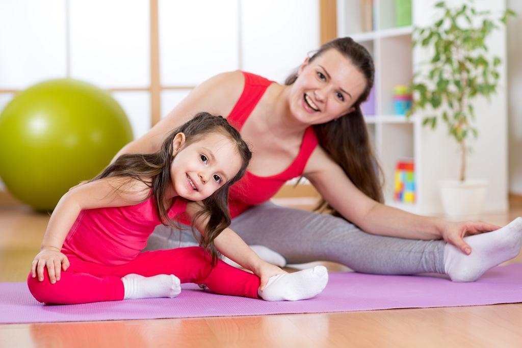 Ćwiczenia dla dzieci w domu to okazja do spędzenia wspólnego czasu. Zdjęcie ilustracyjne, Oksana Kuzmina/shutterstock.com